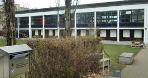 Auf dem Gelände der Grund- und Mittelschule an der Stuntzstraße in der Parkstadt Bogenhausen wird eine Pavillonanlage mit vier Klassenräumen aufgestellt, in den ab Herbst 2017 die Kinder unterrichtet werden können.