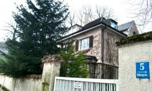 Gehörte einmal zum typischen Gebäudebild in Alt-Bogenhausen: Die 1923 erbaute – inzwischen abgerissene – Walmdachvilla Kolbergerstraße 5.