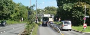 Laut einer Erhebung aus dem Jahr 2010 passierten täglich rund 55 000 Fahrzeuge den Isarring von Bogenhausenn nach Schwabing. Inzwischen dürfte die Zahl deutlich höher sein. Nadelöhr ist der Knoten an der Einmündung der Ifflandstraße. Auf der linken Spur des Isarrings haben die Verkehrs¬teilnehmer Dauergrün, auf der rechten Seite wechselt die Ampelschaltung mit jener an der Ifflandstraße ab.