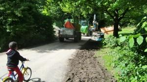 Mit schweren Baumaschinen wurden die Wege im Denninger Anger geteert beziehungsweise zur Asphaltierung vorbereitet.  Foto: hgb