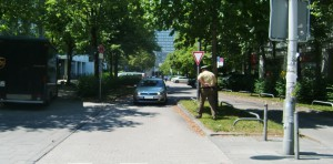 Bei einem Termin vor Ort zwecks Umgestaltung des Übergangsbereichs der an dieser Stelle zweispurig verlaufenden Einbahnstraße Rosenkavalierplatz musste der Beamte der Polizei Bogenhausen eingreifen: Einmal mehr war ein Geisterfahrer unterwegs.    Foto: hgb