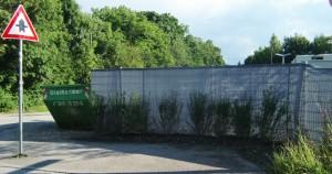 Auch der eingezäunte und mit Planen abgehängte Müllbereich bei den Flüchtlingsunterkünften an der Ecke der Max-Proebstl-Straße wurde mit kleinen Büschen bepflanzt.   Foto: hgb