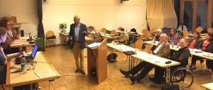 Holger Machatschek (Grüne) versucht seiner Parteikollegin Angelika Pilz-Strasser, der Vorsitzenden des Bezirksausschusses, sein Ansinnen zu erklären. Unterdessen hatten die Mitglieder der CSU-Fraktion nach Machatscheks Anschuldigungen den Tagungssaal geschlossen verlassen, ihre Stühle (hinten) blieben bis nach einer Sitzungspause frei.      Foto: hgb