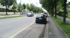 Der bessere Platz für die 187er-Bushaltestelle Odinpark stadteinwärts nach der Einmündung der Odin- in die Effnerstraße? Einige Stellplätze würden entfallen, ein Wartehäuschen könnte einge-richtet werden.   Foto: hgb