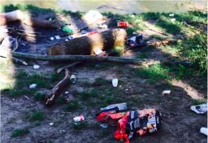 """Impressionen von den Uferwegen entlang der Isar im Bereich Oberföhring: Verkohlte Holztrümmer, Asche und jede Menge Müll an vielen """"wilden"""" Grillplätzen. Um diese Zustände zu beenden fordert der Bezirksauschuss vom Baureferat, weitere beschilderte Grillplätze auszuweisen und geeignete Abfallbehälter aufzustellen.    Fotos: CSU-Antrag"""