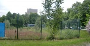 Auf diesem Eckgrundstück an der Knappertsbuschstraße/Bruno-Walter-Ring, dem Areal der brach liegenden Tennisplätze, parallel zur Grundschule, will die russisch-orthodoxe Kirche ein Gemeindezentrum mit Gotteshaus bauen.    Foto: hgb
