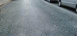 Die Maria-Theresia-Straße Mitte September: Alle Teerteppiche sind von Mitarbeitern des Baureferats entfernt worden, das Straßenbild wirkt gepflegt.    Foto: hgb
