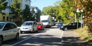 Die Lohengrinstraße in Richtung Oberföhringer Straße: Wegen rechts parkender Fahrzeuge müssen Autofahrer bei der Durchfahrt warten, ab und an auch rangieren.    Foto: hgb