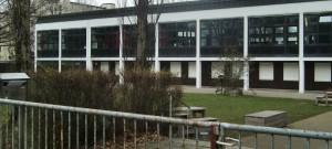 Auf dem Areal der Grund- und Mittelschule an der Stuntzstraße in der Parkstadt Bogenhausen wird eine Pavillonanlage für vier Klassen aufgestellt, in den ab Herbst 2017 die Kinder unterrichtet werden können. Zudem sind Neubauten geplant.    Archivfoto: hgb