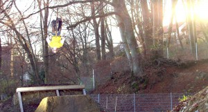 Ein Akrobat in Aktion – auf dem Rad per Salto über die Schanze.      Foto: Thomas Girth