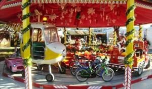 Ein Erlebnis für alle Kinder: eine Rundfahrt auf dem Karussell beim Weihnachtszauberwald auf dem Cosimaplatz.     Foto: hgb