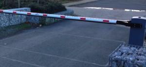 Eine Schranke am Ende des Etzwegs auf Unterföhringer Flur oder am Anfang des Gleißenbach-wegs auf Bogenhauser Gebiet fordern Bürger, um den Schleichverkehr zum Medien- und Gewerbepark in Unterföhring einzudämmen.     Werkfoto: LD