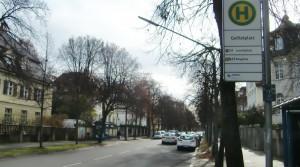 Einen Fußgängerübergang in der Possartstraße auf Höhe des Shakespeareplatzes oder auf Höhe der Bushaltestelle Galileiplatz beantragte im Bezirksausschuss eine Anwohnerin. Doch das Gremium hat den Wunsch abgelehnt.      Foto: hgb