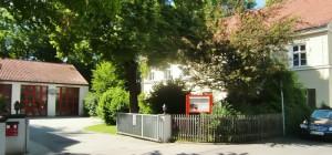 Das Gerätehaus der Freiwilligen Feuerwehr Oberföhring an der Muspillistraße 25 (hinten im Bild, rechts das alte Schulgebäude) ist längstens viel zu klein und auch technisch überholt.   Foto: hgb