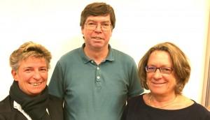 Helmut Reindl ist neues Mitglied im Bezirksausschuss Bogenhausen als Nachfolger von Angela Brändle. SPD-Fraktionssprecherin Karin Vetterle (li.) und Bezirksausschuss-Vorsitzende Angelika Pilz-Strasser (re., Grüne) hießen Reindl wilkommen.      Foto: hgb