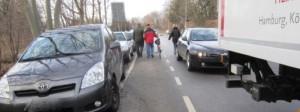 """Lebensgefährlich ist der Weg für Fußgänger von der Bushaltestelle entlang der Riemer Straße zum Baumarkt und zum Daglfinger Blumenhof. Sie müssen auf dem Fahrradstreifen oder auf der Straße gehen. An Stelle der """"wilden"""" Parkplätze wird nun ein Gehweg angelegt.     Foto: Privat"""