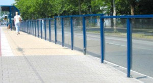 """Mit """"Spritzschutzwänden"""" könnte die Sicherheit an der Straßenbahn- und Bushaltestelle Cosimabad wesentlich verbessert werden.     Werkfoto: Orion Bausysteme"""
