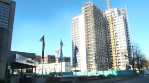 Das Aussehen und die Konturen des aufgestockten BayWa-Towers samt Campusgelände (Mitte) zeichnen sich heute schon ab. Links am Bildrand das Westin Grand Hotel.   Foto: hgb