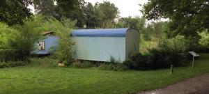"""Diese beiden hellblau gestrichenen, vermoosten Bauwagen in den """"Mustergärten"""" beim Ökologi-schen Bildungszentrum (ÖBZ) werden entfernt, ein Holzhaus wird erstellt.   Foto: hgb"""