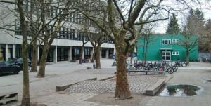 Der Schulhof des Wilhelm-Hausenstein-Gymnasiums (WHG) im Arabellapark ist wie alle anderen Schulhöfe in Bogenhausen an Wochenenden und in den Ferien geschlossen.    Foto: hgb