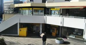 """Zum 1. Juli schließt die Post den Standort an der Ecke Ismaninger -/ Wehrlestraße. Verantwortliche der Post sicherten den CSU-Abgeordneten Robert Brannekämper (Landtag) und Wolfgang Stefinger (Bundestag) zu, """"in der Umgebung"""" eine Filiale für Postdienstleistungen einzurichten.    Foto: hgb"""