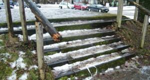 Dringend reparaturbedürftig: Treppe und Geländer an der Naturbühne im Bürgerpark.    Foto: hgb