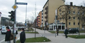 Die Wartezeit für Fußgänger an der Ampel Richard-Strauss-/Mühlbaurstraße wurde nachts sowie probeweise an Wochenenden von 90 auf 70 Sekunden reduziert.    Foto: hgb