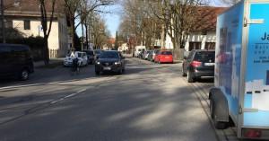 """Autos und Radfahrer auf der Oberföhringer Straße, im Fachjargon als Mischverkehr bezeichnet. Damit's für die Radler sicherer wird, soll die Stadt auf Vorschlag des Bezirksausschusses eine """"unterbrochene Abmarkierung"""" anbringen. Unterbrochen bedeutet: Autos dürfen diesen Fahrradstreifen, wenn er frei ist, befahren.   Foto: hgb"""