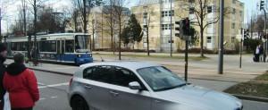 """An den Fußgängerampeln bei den Straßenbahnhaltestellen Arabellastraße (Foto) und Herkomerplatz kann laut Kreisverwaltungsreferat aus Sicherheitsgründen """"für zu spät kommende Fahrgäste"""" kein Vorrang gegenüber der Tram eingeräumt werden. Die Fahrgäste müssen warten – auf die nächste Tram.   Foto: hgb"""