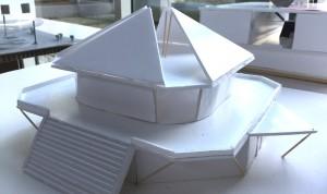 """Das Modell zeigt ein """"Kino mit angeschlossenem Restaurant"""". Und: """"Das Gebäude ist auf eine modulhafte Bauweise ausgelegt. Die das Dach schmückenden Dreiecke sollen als horizontal verschiebbare Solarplatten fungieren.""""    Foto: hgb"""