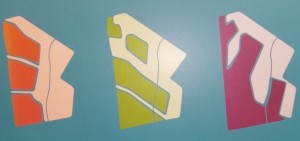 Die drei präsentierten Planungsvarianten für die Städtebauliche Entwicklungsmaßnahme (SEM) auf dem knapp 600 Hektar großen Gebiet jenseits der S-Bahnlinie zum Flughafen: Perlenkette (orange), Hüllgraben (grün) und Küstenlinie (lila).    Entwürfe: Planungsreferat / Foto: hgb