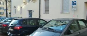 Kurzparkzone an der Brahmsstraße 1: Durch eine Veränderung der zeitlichen Begrenzung von 9 bis 12 Uhr könnten folgend Anwohner die Stellplätze nutzen. Das Kreisverwaltungsreferat ist aber dagegen. Es könne nur die Parkzone grundsätzlich aufgelöst werden.    Foto: hgb