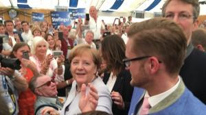 Hallo Frau Merkel – Ach, Sie sind auch da: Kanzlerin Merkel mit dem Bundestagsabgeordneten Wolfgang Stefinger und CSU-Vize-Generalsekretär Markus Blume.     Foto: ikb
