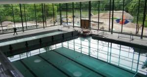 Das 35 mal 16 Meter große Becken des Cosimawellenbads mit einem per Hubwand abgeteilten Bereich für Nichtschwimmer ist zwecks Test der Dichtigkeit schon mal mit Wasser gefüllt.  Foto: hgb