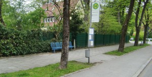 Die Bushaltestelle an der Rümelinstraße im Herzogpark: Noch ist alles rundum sauber. Werden aber bald Abfälle nach Isar-Festen in dem Müllbehälter entsorgt, zerren Krähen die Reste heraus und verteilen sie.    Foto: hgb