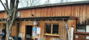 Das mehr als vier Jahrzehnte alte, hölzerne  Vereinsheim des FC Rot-Weiß Oberföhring ist marode. Ein Dach über dem Dach verhindert, dass bei Regen alles unter Wasser gesetzt steht.   Foto: hgb