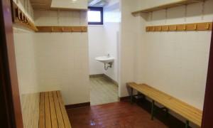"""Blick in eine der zwei Umkleidekabinen, jeweils acht Quadratmeter """"groß"""", jeweils mit einer kleinen Ecke für drei schmale Duschen – und das für Fußballmannschaften.   Foto: hgb"""