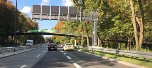 Die Autofahrer aus der Ifflandstraße fahrend können seit kurzem im Reißverschlusssystem auf den Isarring einbiegen oder auf der Spur weiter Richtung Dietlindenstraße fahren.        Foto: ikb