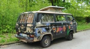 Dieser bis fast unters Dach mit Gegenständen, Bekleidung und Müll vollgestopfte VW-Bus ist Auslöser für den Antrag des Bezirksausschusses zur Installation einer Schranke an der Zufahrt zum Bürgerpark Oberföhring.     Foto: hgb