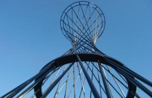 Bogenhausen beeindruckt – das 52 Meter hohe Kunstwerk Mae West am Effnerplatz.  Foto: hgb