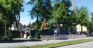 Baustelle Auf diesem Grundstück an der Effnerstraße, stadteinwärts nach der Odinstraße gelegen, wird ein Wohnheim für Arbeitnehmer, Pflegepersonal und Studierende gebaut.      Foto: hgb