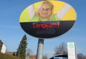 """Passiert ein Autofahrer die Kontrollstelle zu schnell, leuchtet die Aufforderung """"Langsam"""" in leuchtend roter Schrift auf.  Foto: KVR München"""