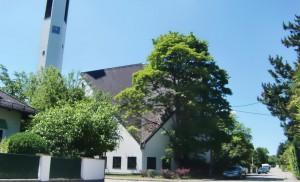Imposant: Die 50 Jahre alte Kirche von Immanuel mit ihrem prägenden Turm, die sich laut Pfarrer Rhinow in einem sehr guten Zustand befindet.   Foto: hgb