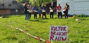 Die Trommler der Djembe!-Schule umrahmten die Protestaktion gegen die Sparmaßnahmen der Stadt beim Bau des KulturBürgerHauses.   Foto: hgb