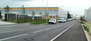 Das Amazon-Logistikzentrum mit den kennzeichnenden gelben Streifen an den Hallendachrändern an der Grasbrunner Straße im Gewerbegebiet Am Hüllgraben in Daglfing. Im Hintergrund die Eisbach-Filmstudios.        Foto: hgb