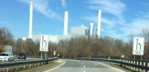 Am Ende der Effnerstraße stadtauswärts wird's auf Höhe des Heizkraftwerks Nord eng auf dem Föhringer Ring, die Fahrbahn wird auf eine Spur verengt. Morgens und abends stehen hier oft die Autos Stoßstange an Stoßstange.  Foto: hgb