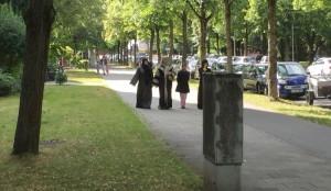 Ein alltägliches Bild entlang der Elektrastraße im Arabellapark: Flanierende Araberinnen, die sich selbst oder Mitglieder der Familie in Bogenhausen medizinisch behandeln lassen.   Foto: hgb