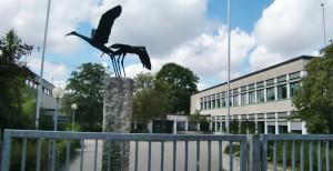 Der Eingangsbereich der vor 50 Jahren gebauten Grund- und Mittelschule an der Knappertsbusch¬straße in Englschalking. Die Grundschule wird derzeit mit einem Aufwand von rund 3,6 Millionen Euro von Grund auf hergerichtet    Foto: hgb