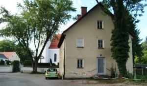 """Das als Denkmal geschützte Gebäude Muspillistraße 8 hat die Stadt verkauft. Bis 1979 diente das Anwesen als Gerätehaus der Freiwilligen Feuerwehr Oberföhring. Laut Kommunalreferat will der neue Besitzer das Haus """"so schnell wie möglich sanieren.""""     Foto: hgb"""