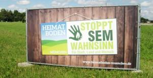 """Eindeutige Botschaft von Grundbesitzern gegen die Städtebauliche Entwicklungsmaßnahme im Nordosten von Bogenhausen: """"Stoppt SEM Wahnsinn.""""      Foto: hgb"""